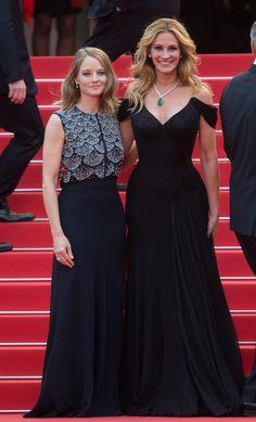 Jodie Foster en robe longue noire et bijoux Cartier et Julia Roberts en robe Giorgio Armani Privé et bijoux Chopard