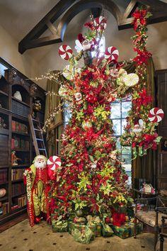 Christmas Stairs Decorations, Christmas Staircase, Luxury Christmas Tree, Cosy Christmas, Cool Christmas Trees, Christmas Wonderland, Christmas Tree Themes, Beautiful Christmas, Christmas Time