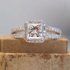 Anillo de compromiso de corte princesa de Halo con Split banda caña de oro blanco con diamantes. Micropave. Oro blanco de 18 k