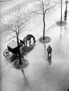 Roger Parry - Boulevard Poissonnière, Paris, 1943 J'aurais aimé connaître les fiacres dans Paris...