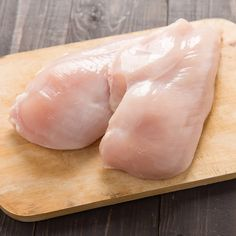 Cooking chicken breast is a skill many home cooks aspire to! To help make sure you get moist and always-delicious chicken, avoid these kitchen mistakes. Raw Chicken, Yum Yum Chicken, Healthy Chicken, How To Cook Chicken, Protein Shop, Whey Protein Drinks, What Can I Eat, Chicken Breast Fillet, Best Breakfast Recipes