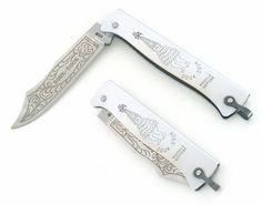 Ce couteau de poche Douk Douk décor Sorcière dispose d'une lame forgée à cran plat en acier inoxydable Z70CD15 (finition mate). Le manche est chromé (avec décor Sorcière et bélière) et la lame est décorée. Le couteau de poche mesure 20 cm ouvert. Ce couteau Douk Douk lame inox est fabriqué artisanalement sur le bassin coutelier de Thiers en France.