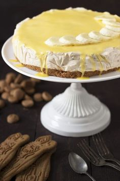 Bananentaart met speculaasbodem / Voor de speculaasbodem: 180 g speculaas – 60 g boter Voor de bananenmousse: 3 bananen, 1 citroen, 2,5 dl yoghurt, 2,5 dl room, 2 eieren, 8 g gelatineblaadjes, 80 g poedersuiker Dutch Recipes, Sweet Recipes, Baking Recipes, Cake Recipes, Snack Recipes, Dessert Recipes, Delicious Desserts, Yummy Food, Brunch