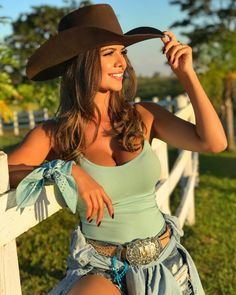 Image may contain: 1 person, hat and outdoor Sexy Cowgirl Outfits, Rodeo Outfits, Equestrian Outfits, Cow Girl Outfits, Cute Country Girl, Country Women, Estilo Cowgirl, Cowboy And Cowgirl, Vaquera Sexy