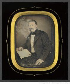 Portrait d'homme, à mi-genoux, assis, de trois-quarts à gauche, l'avant-bras droit posé sur un journal