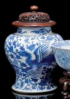 Vase balustre décoré en bleu sous couverte de phénix sur fond de fleur. Période Kangxi (1662- 1722) H. sans couvercle 24 cm Un cheveu au col, couvercle en bois ajouré