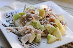 Первое впечатление, когда ложка этого салата попадает в рот, это свежесть и нежность. Куриное мясо, приготовленное таким образом, получается очень мягким и сочным, а грецкие орехи, слегка поджаренные и хрустящие, оттеняют вкус яблок и сельдерея. Этот салат низкокалорийный, а если использовать только лишь йогурт, он станет абсолютно диетическим.