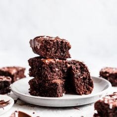 Truly one of the best gluten free brownie recipes on the internet: fudgy, flourless almond butter brownies made with simple ingredients like natural creamy almond butter, pure maple syrup, cocoa powder and chocolate chips. Incredible hot from the oven or even straight from the fridge -- you'll love these! #flourless #glutenfreedessert #glutenfree #brownies #almondbutter #brownierecipe #grainfreedessert #grainfree #paleo #paleodessert #dairyfree #dairyfreedessert Best Gluten Free Brownies Recipe, Brownie Sans Gluten, Dairy Free Brownies, Dessert Sans Gluten, Paleo Dessert, Best Dessert Recipes, Gluten Free Desserts, Fun Desserts, Healthy Desserts