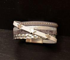 Bracelet Manchette Cuir Gris Blanc Fermoir Aimanté    Bracelet manchette composé de :  une lanière de cuir tressé argenté 6 mm Une lanière de cuir gris étoilé 5 mm U - 16765298
