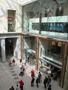 Feest- en Cultuurpaleis - Oostende  Hinter der historischen Front des ehemaligen Fest- und Kulturpalastes in Oostende buhlen 17 Läden um die Gunst der Kunden. Shopping-Fans finden eine große Auswahl an Marken-Boutiquen und internationalen Mode- und Bekleidungsketten.