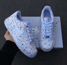 tennis nike mit farbigem Lackdetail moda colors with Jordan Shoes Girls, Girls Shoes, Ladies Shoes, Colorful Nike Shoes, White Nike Shoes, Souliers Nike, Nike Shoes Air Force, Air Force Sneakers, Cute Sneakers