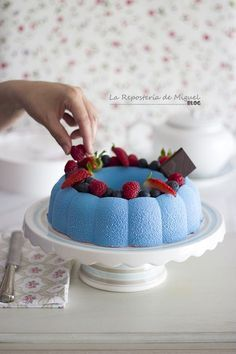 Tarta Mousse de Arándanos y Limón Pastry Cook, Blue Desserts, Recipes From Heaven, Aesthetic Food, Flan, Baked Goods, Sweet Recipes, Food Photography, Bakery