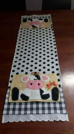 Porta mesa Cow Kitchen, Kitchen Kit, Cow Ornaments, Cow Craft, Money Making Crafts, Home Crafts, Diy Crafts, Cow Decor, Quilted Table Runners