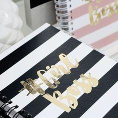 Simple Planner #GirlBoss ✨🙆🏻💖 Preço especial de lançamento até dia 16/10 . Leve para onde quiser, ele é feito na medida certa para caber na bolsa (18 x 23 cm) . Espaço para inspiração, listas, refeições, memórias, ideias ou gratidão . 96 Folhas - 120g   Capa Dura com Laminação + Aplicação Dourada com um brilho incrível 👇🏻 Veja todos os detalhes em nosso site: www.vipapier.com // #amovipapier #feitonobrasil #VIPAPIER #luxurydesign #papelaria #papelariadeluxo #papelariafina #amopapel