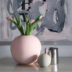 En stilren vakker vase håndlaget i porselen fra svenske Cooee.Vasen er håndmalt og er kjent for sitt myke, matte og unike ytre.