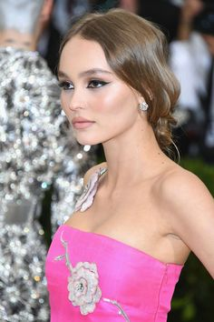 Lily-Rose Depp's red carpet hair and make-up with her fuschia pink Chanel gown at the 2017 Met Gala. Lily Rose Melody Depp, Lily Rose Depp Style, Celebrity Hairstyles, Up Hairstyles, Wedding Hairstyles, Vanessa Paradis, Lily Rose Depp Chanel, Wedding Hair Up, Hair Up Styles