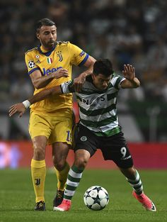 Juventu's defender Andrea Barzagli (L) vies with Sporting's Argentinian forward Marcos Acuna during the UEFA Champions League football match Sporting CP vs Juventus FC at the Jose Alvalade stadium in Lisbon on October 31, 2017. / AFP PHOTO / FRANCISCO LEONG