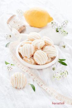 Kekse darf es auch im Sommer geben, oder wie seht ihr das? Diese Saure-Sahne-Kekse haben eine ganz besonders frische Note durch den Hauch Zitrone! Ich habe daraus Doppelkekse gemacht, in dem ich zwei Kekse an der Unterseite mit Saure-Sahne-Guss verbunden … Weiterlesen