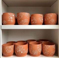 Pots D'argile, Clay Pots, Painted Plant Pots, Painted Flower Pots, Pottery Painting Designs, House Plants Decor, Plant Shelves, Diy Planters, Terracotta Pots