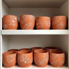 Painted Plant Pots, Painted Flower Pots, Decorated Flower Pots, Pots D'argile, Pottery Painting Designs, Terracotta Pots, Hand Painted Ceramics, Ceramic Painting, Potted Plants