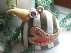 pták Zobák Keramický ručně modelovaný zvonek,glazovaný barvami s efekty. Pěkný dekorativní zvonek.....pro radost:-)) velikost....12cm Ceramic Animals, Ceramic Birds, Biscuit, Cement Pots, Pinch Pots, Clay Ornaments, Elf, Projects To Try, Creatures
