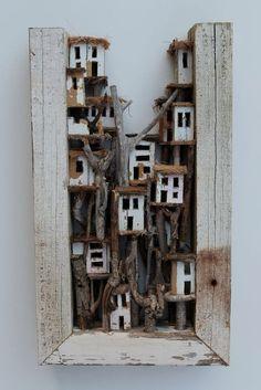 Eric Cremers - white wood - Whitewood portrays a village entirely built in the trees of a forest. La visión del arte desde el objeto. Sin objeto .Ensamblaje que es collage de objetos no artísticos.