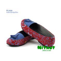 FS-2220 - Indhira Bunga Biru • IDR 196.200 • Ready size 36-42 • Bahan batik printing kombinasi suede biru • Sol karet anti slip ••• ORDER: WA/Line: 0822 5757 7711 • Pin BBM: NITNOT01 atau 5B15D387 <Senin-Sabtu 09-21 WIB>