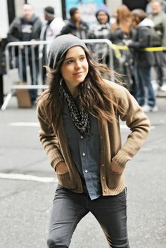 I loooove  Ellen Page's style. She usually wears saggy skinny jeans, some old chucks, a beanie, a scarf and a sweater.