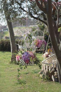 Bonitas jaulas que contienen flores, àra decorar cualquier tipo de evento, con aire romántico, vintage y campestre.   #Bonitas #jaulas #flores#decorar#evento, #romántico #vintage #campestre