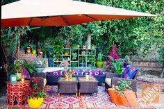 An oversized umbrella completes the look of Justina Blakeney's lush, exotic patio in LA. Click through to see more photos. || @Justina Blakeney