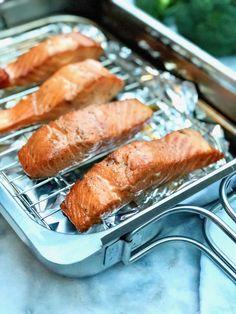 Warm gerookte zalm zoals je dat op food festival eet. Roken in je eigen pan of rookoven. Het kan allebei. De bruine suiker spoel je af. De zalm leg je op