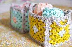 Granny Squares Crochet DIY Mini granny square crochet baskets {Guest post by Victoria from Vika Moka} - Pretty crochet baskets to get all of your supplies organized. This tutorial will take you through the step by step process on how to make your own! Crochet Diy, Crochet Home, Love Crochet, Crochet Crafts, Yarn Crafts, Point Granny Au Crochet, Crochet Squares, Granny Squares, Granny Square Bag
