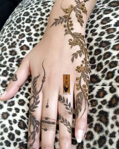 No photo description available. Pretty Henna Designs, Henna Tattoo Designs Simple, Floral Henna Designs, Henna Designs Feet, Modern Mehndi Designs, Mehndi Designs For Fingers, Latest Mehndi Designs, Hena Designs, Khafif Mehndi Design