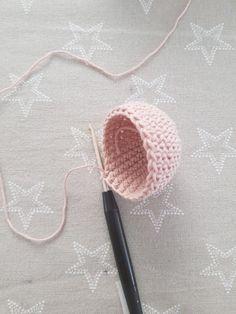 Free instructions for crocheting balls Quick Crochet Patterns, Crochet For Beginners Blanket, Weaving Patterns, Crochet Ball, Cute Crochet, Crochet Symbols, Crochet Ornaments, Crochet Accessories, Knitting Yarn