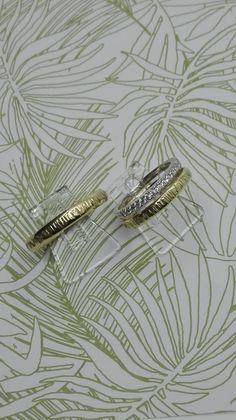 geelgouden texture ringen gecombineerd met een diamanten ring...