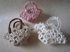 Cute little tatted lace baskets! Love the one with leather handles. Pour décorer nos broderies de toutes petites choses