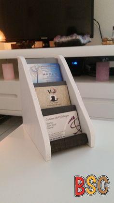 Porte-cartes réalisé à l'aide de chutes de bois.
