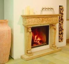 Traditioneller Heizkamin mit Stilfassade Venezia und Holzlege. #Ofen #Kamin #Fireplace www.ofenkunst.de
