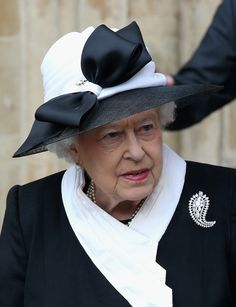 """Paisley diamond brooch.  MAKE AN OVERVIEW OF HATS OF QUEEN ELIZABETH II OF ENGLAND """"2016 TO 2007"""" - PRINCESS MONARCHY"""