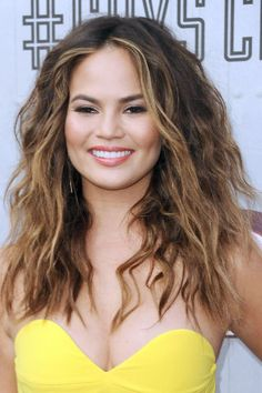10 gorgeous highlights ideas for your hair: Chrissy Teigen's face-framing caramel highlights
