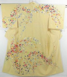 This is an alluring Houmongi Kimono with a design of 'kiku'(chrysanthemum) and 'ume'(Japanese plum), which is dyed vibrantly.  It is dyed by Masayoshi Oshida , one of the famous Kaga Yuzen dyers