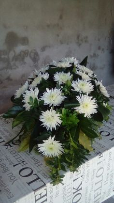 1-11-2016 Crisântemos Funeral Flowers, Dollar Stores, Floral Arrangements, Wedding Reception, Natural, Diy And Crafts, Bouquet, Herbs, Funeral Flower Arrangements