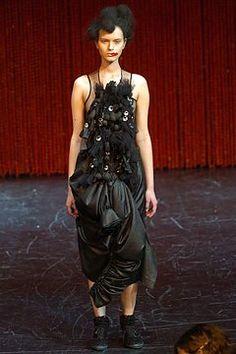 Comme des Garçons Fall 2004 Ready-to-Wear Fashion Show - Iza Olak (KARIN)