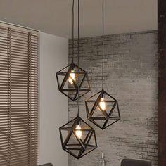 Hanglamp Tulipa is een speelse en stoere lamp die prachtig je eettafel kan verlichten. Door de verschillende hoogtes heeft hij een uniek bereik.