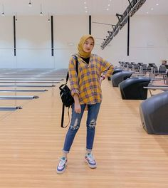 Hijab Jeans, Ootd Hijab, Hijab Chic, Modern Hijab Fashion, Street Hijab Fashion, Fashion Outfits, Jeans And T Shirt Outfit, Plaid Shirt Outfits, Hijab Style Dress