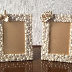 Make own frame with memeres jewelry and put her pic in Diy Crafts For Gifts, Diy Home Crafts, Art N Craft, Diy Art, Marco Diy, Pearl Crafts, Picture Frame Crafts, Vintage Jewelry Crafts, Button Crafts