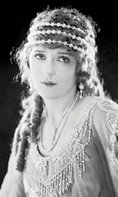 Mary Pickford (Official) - The Mary Pickford Foundation Old Hollywood Glamour, Vintage Hollywood, Classic Hollywood, 1920s Glamour, Belle Epoque, Vintage Beauty, Vintage Fashion, Artist Film, Film D'action