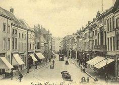 De Veemarktstraat, gezien vanaf de Grote Markt met rechts de Groote sociëteit. De foto is gemaakt in 1904.