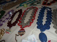 vários colares com pingentes em resina