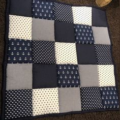 Discover recipes, home ideas, style inspiration and other ideas to try. Patchwork Blanket, Patchwork Fabric, Closet Door Storage, Handgemachtes Baby, Diy Bebe, Diy Nightstand, Sewing Kit, Baby Room Decor, Handmade Baby